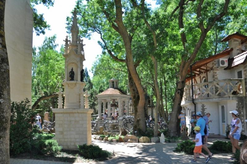 Готический колодец в Старом парке