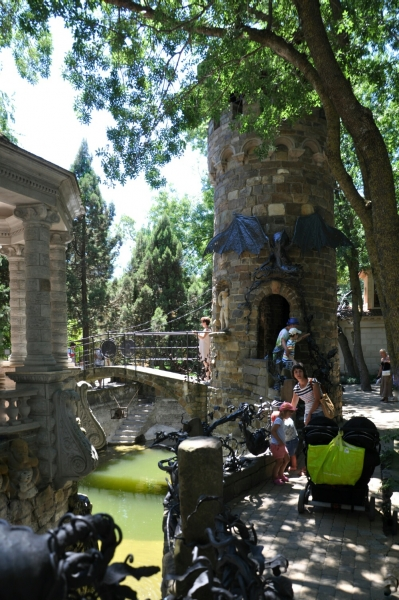 Башня с драконом в Старом парке