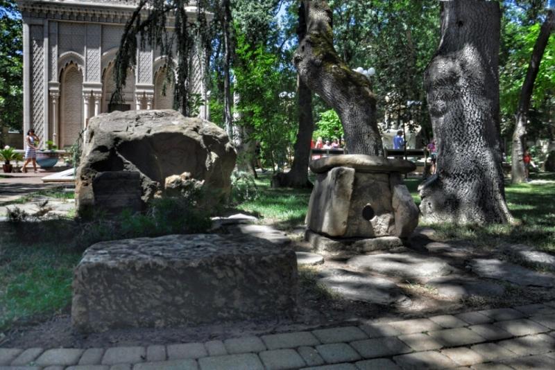 Миниатюра дольмена в Старом парке