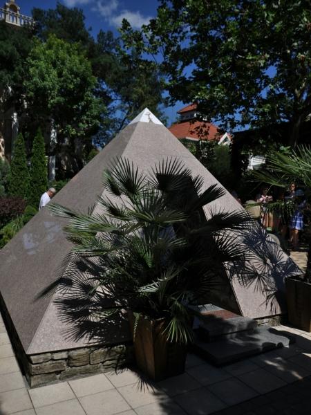 Пирамида в Старом парке