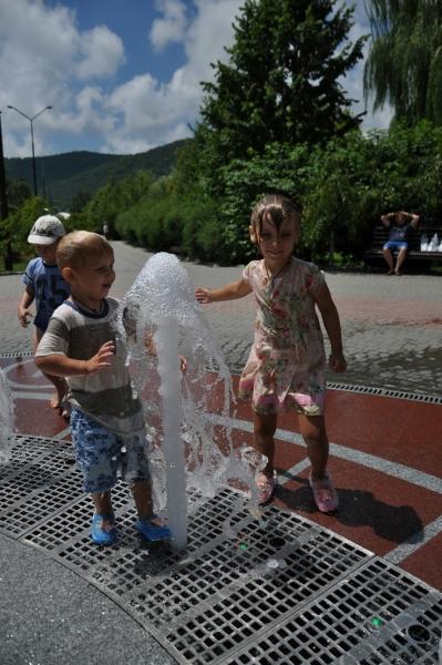 Веселимся с Тёмой у фонтана в Абрау-Дюрсо