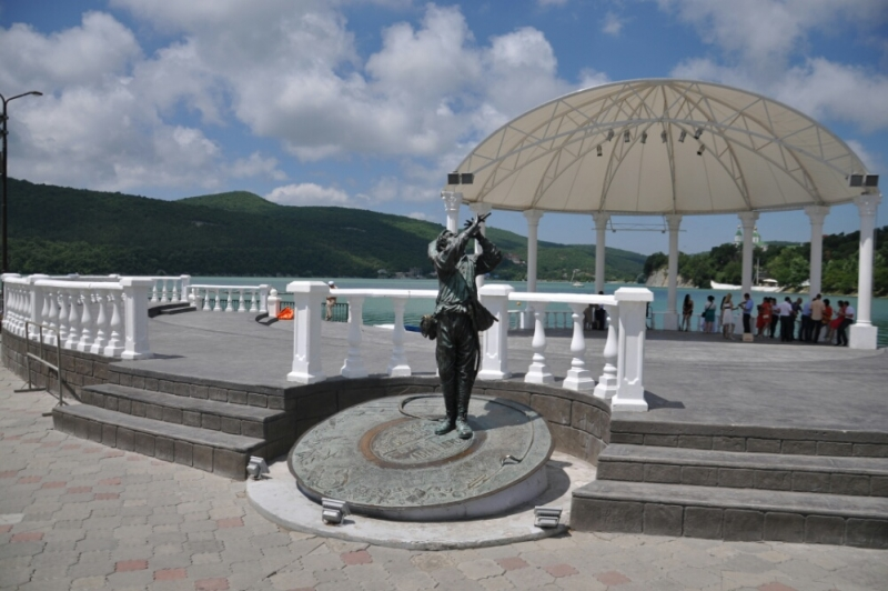 Скульптура Утёсова на набережной озера Абрау