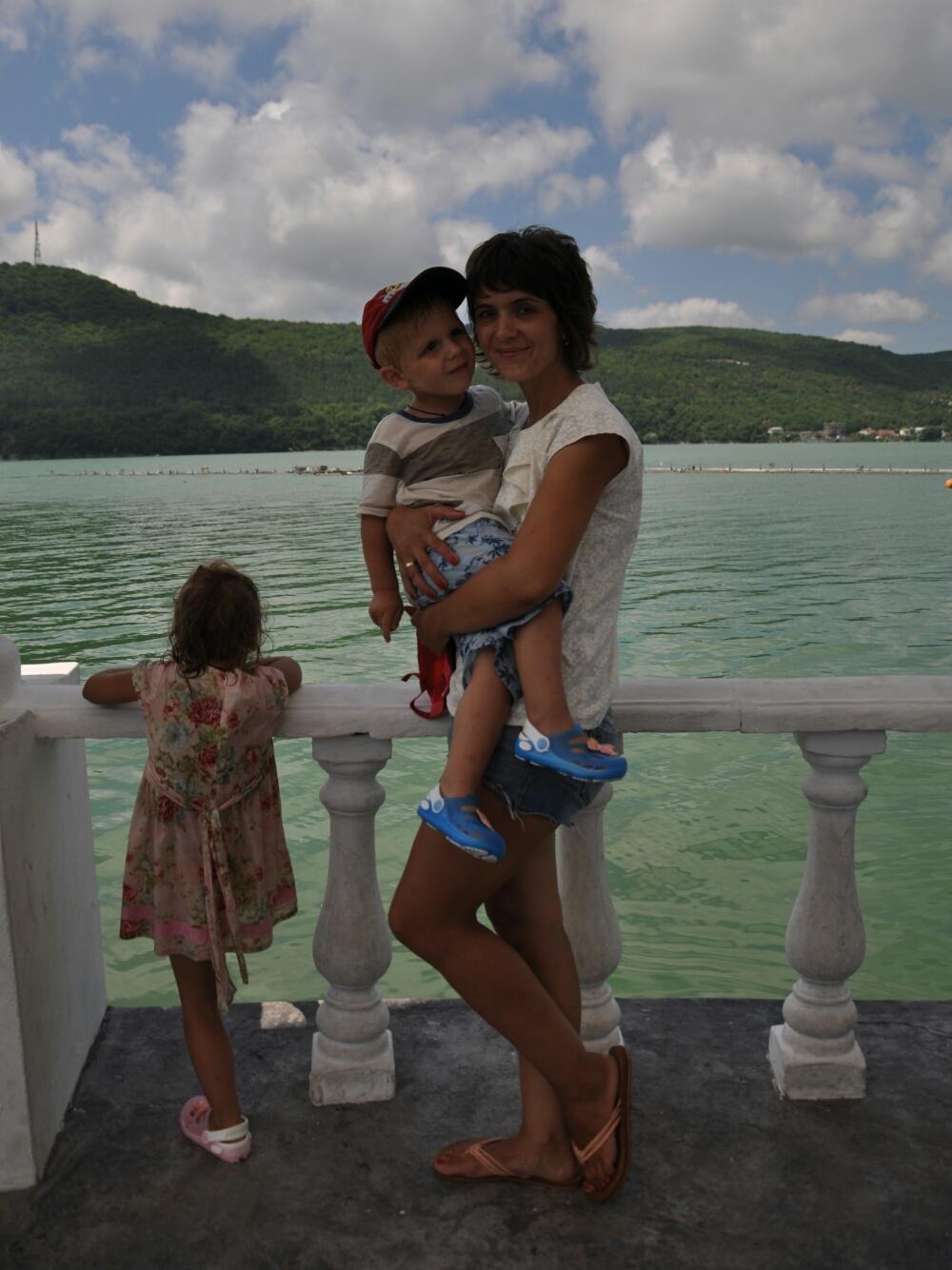 С мамой на фоне озера Абрау