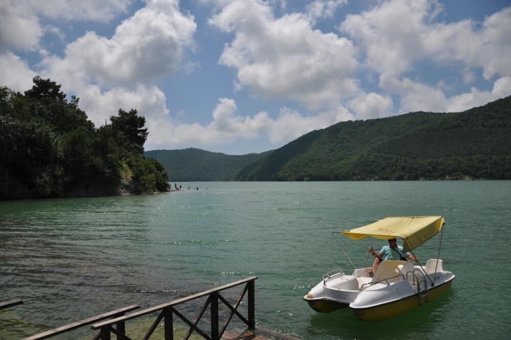 Катамаран на озере Абрау