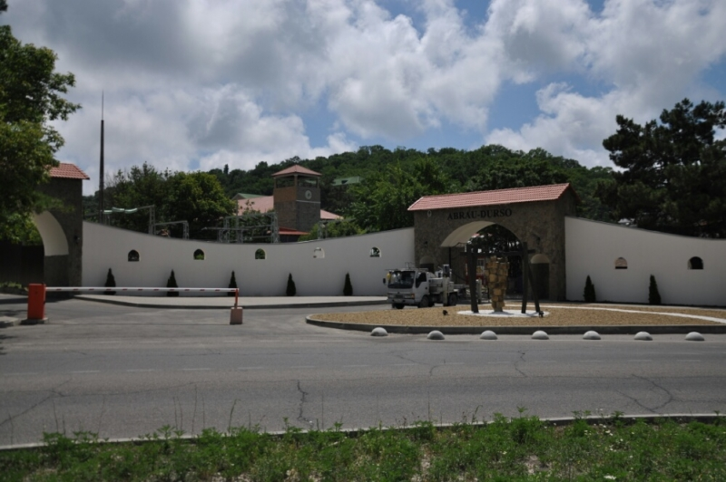 Вид с парковки на комплекс Абрау-Дюрсо
