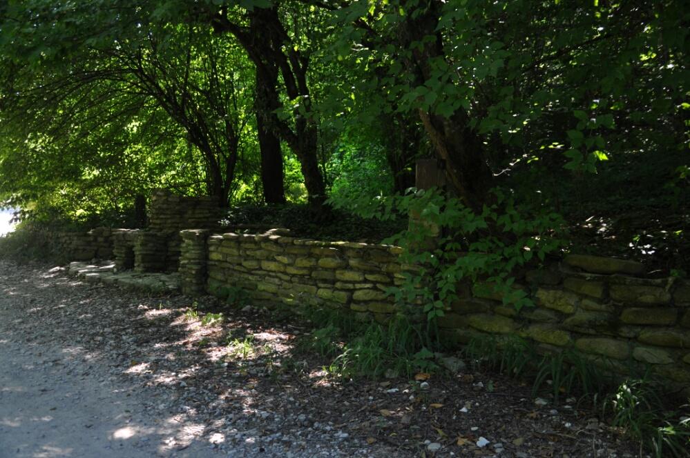 Каменная ограда по дороге к дольменам на реке Жане