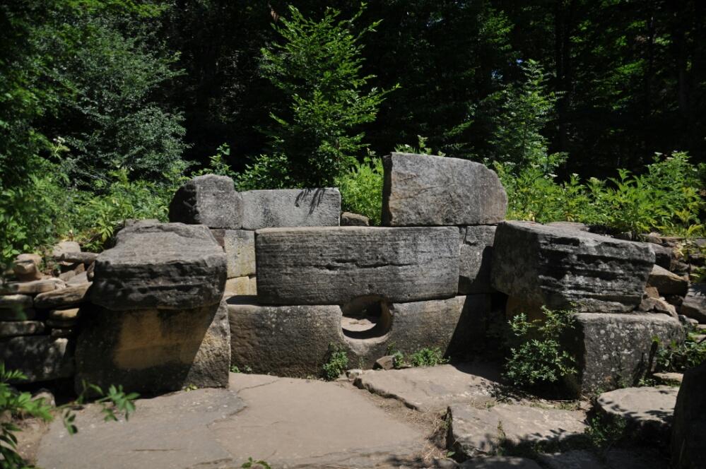 Разрушенный дольмен группы Жане I