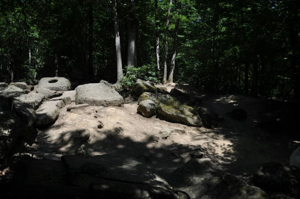 Лежачий дольмен в долине реки Жане