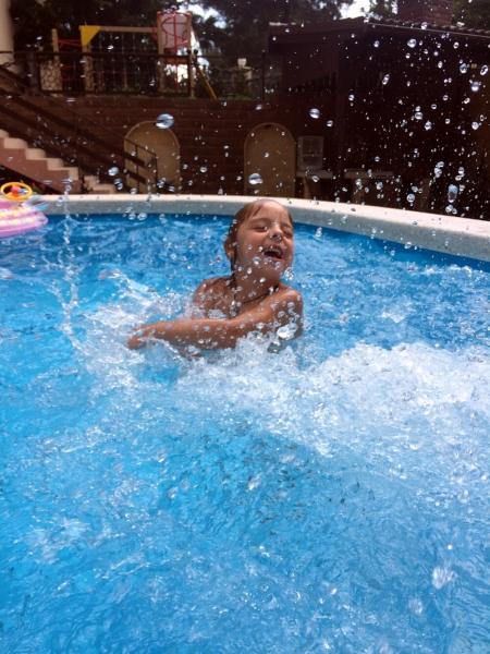 Купаюсь в бассейне отеля Орлица