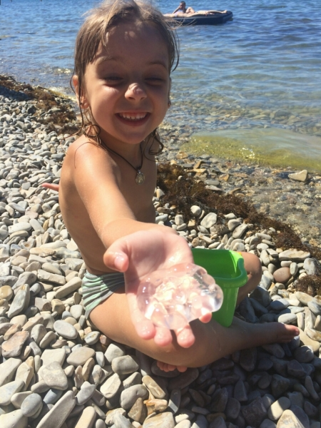С пойманой медузкой