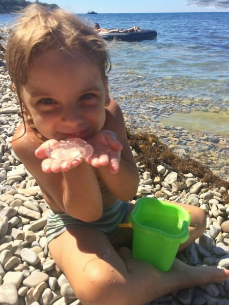 Радуюсь пойманой в Голубой бухте медузке