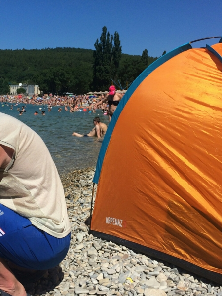 Палатки на пляже Голубая бухта