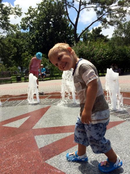 Тёма веселиться у фонтана