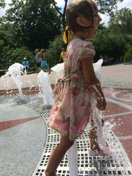 Прыгаю через фонтан в Абрау-Дюрсо