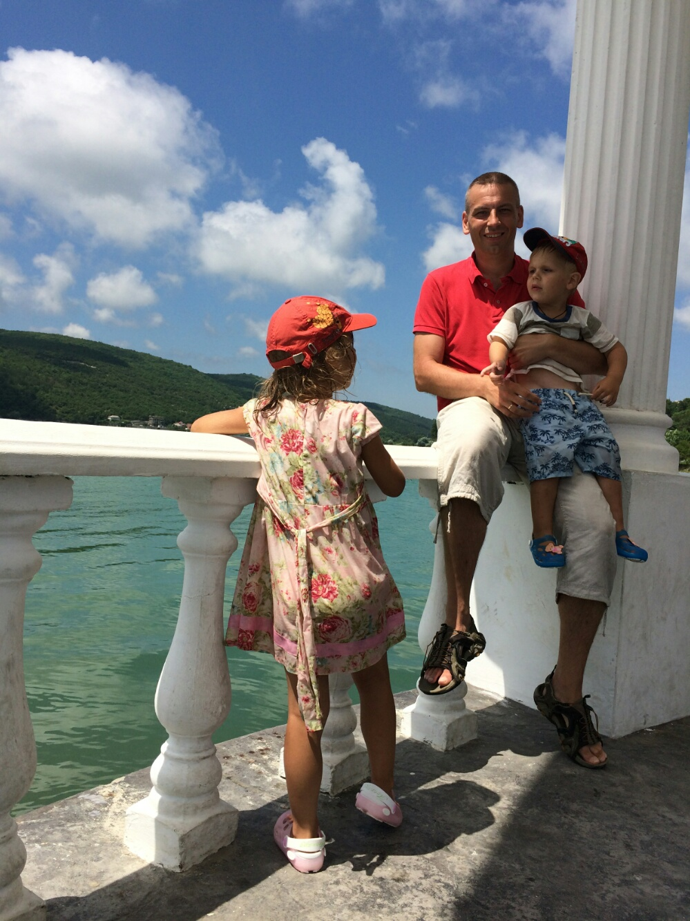 С папой на фоне озера Абрау