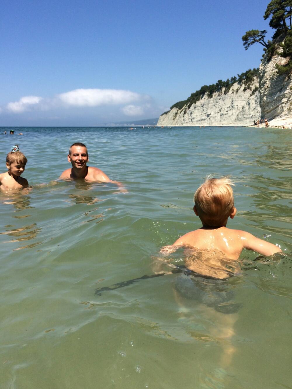 Купаемся в Черном море на пляже Голубая бездна