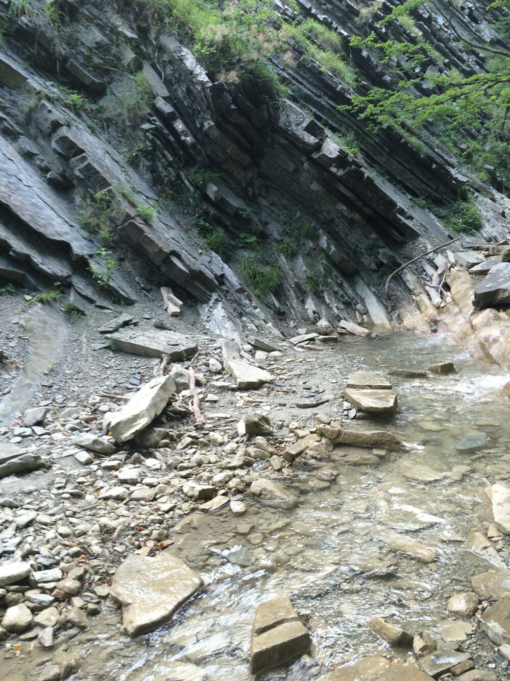 Русло горной речки по пути к водопаду Грот