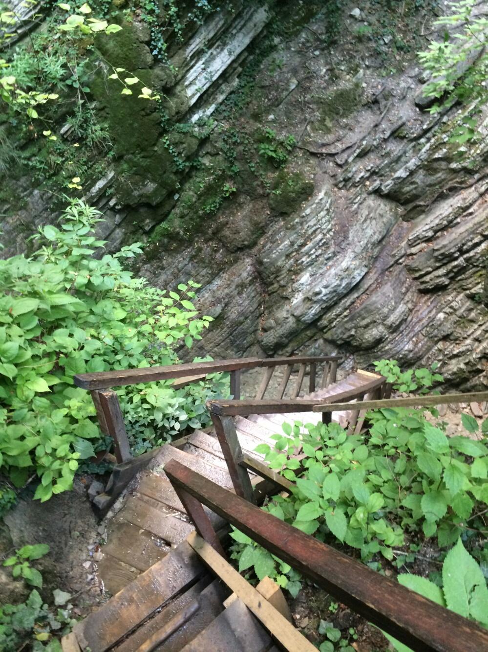 Лестница к подножья водопада Старик