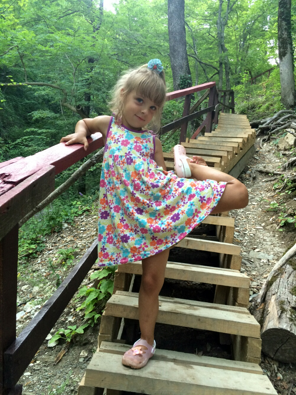 Позируют на лестнице, ведущей к третьему из Гебиусских водопадов