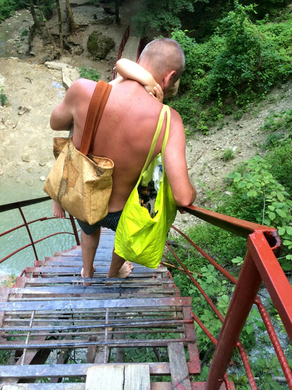 Спускаемся по лестнице у водопада Шнурок