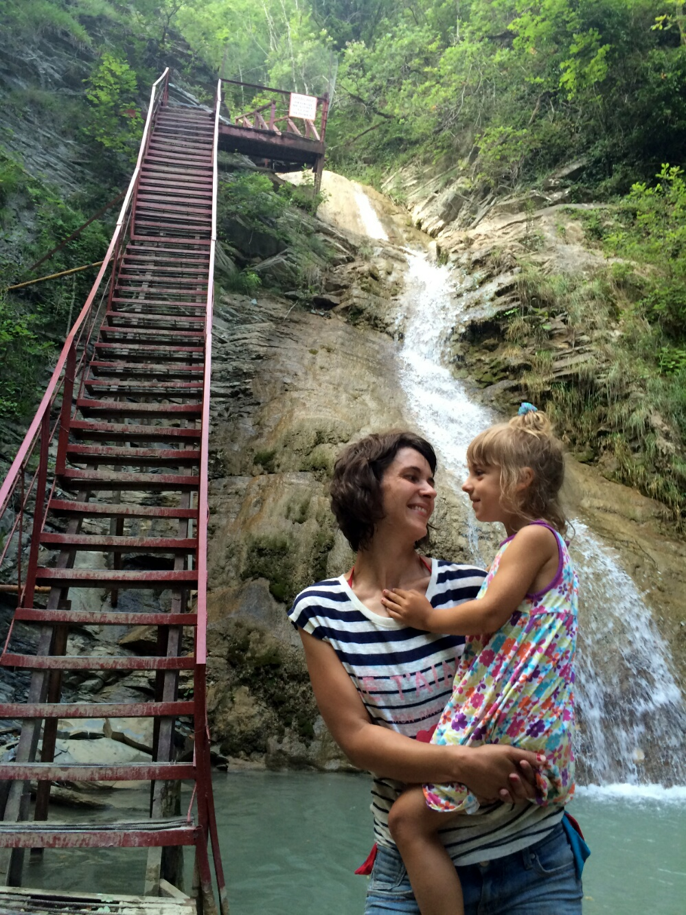 Радуемся успешному спкску по крутой лестнице
