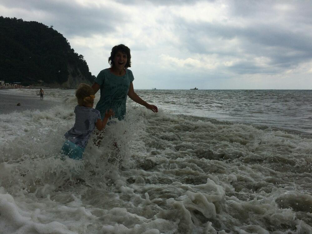 Волна накрывает нас с мамой