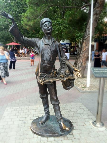 Скульптура «Коробейник» в Геленджике