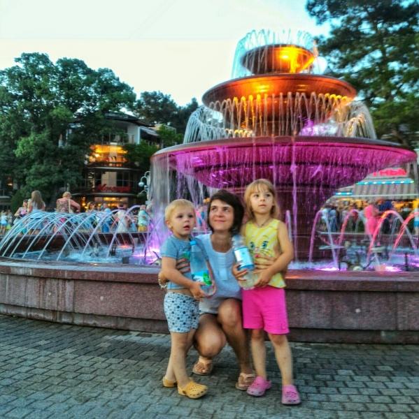 Подсветка у фонтана в Геленджике