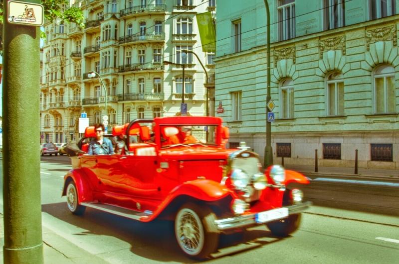 Красный лимузин на набережной Праги