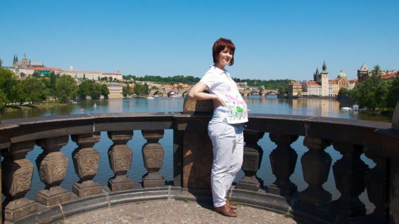 На фоне Карлова моста