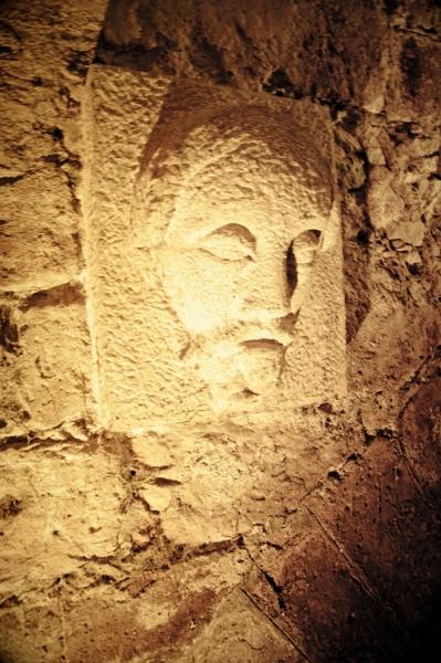 Лик на стенах причала под Карловым мостом