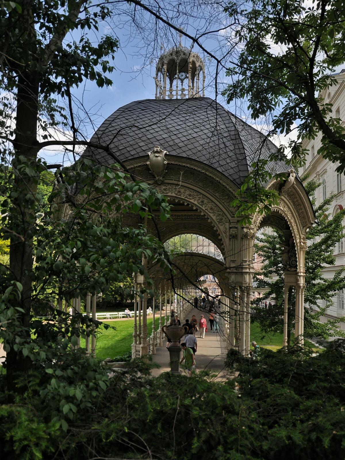Садовая колоннада с источником Змеиный