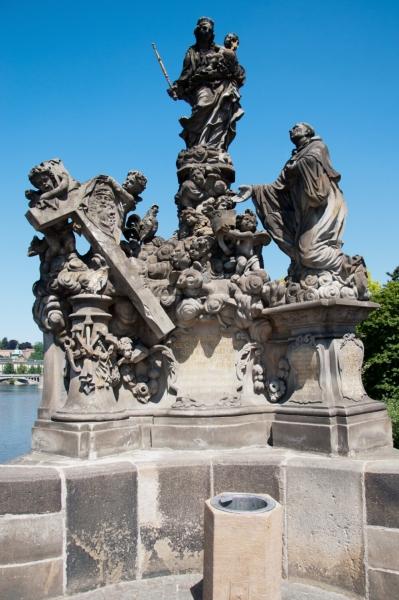 Скульптура Мадонны и Святого Бернарда на Карловом мосту