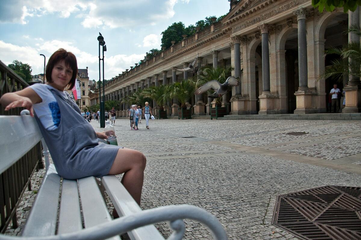 На скамейке напротив Млынской колонады в Карловых Варах