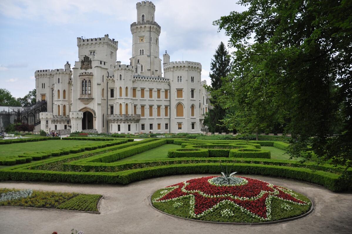 Парк перед замком Глубока-над-Влтавой