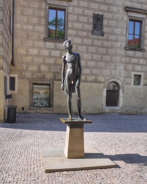Скульптура обнажённого юноши