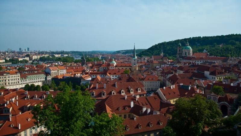 Вид Праги с холмов с виноградниками