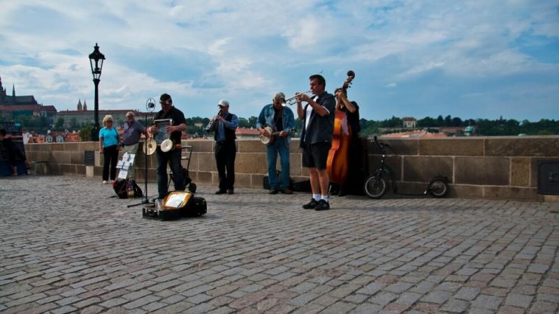 Группа музыкантов на Карловом мосту
