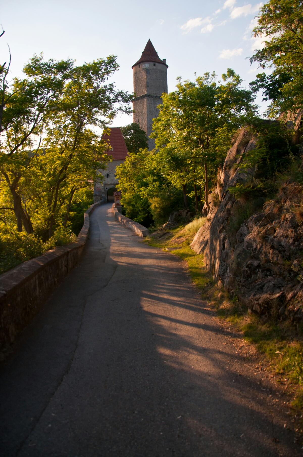 Тропа к главным воротам замка Звиков
