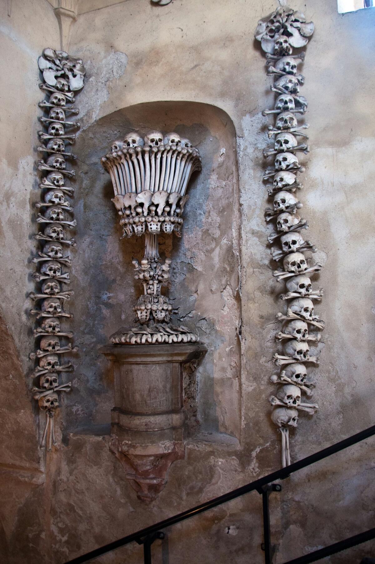 Гирлянды черепов вдоль лестницы