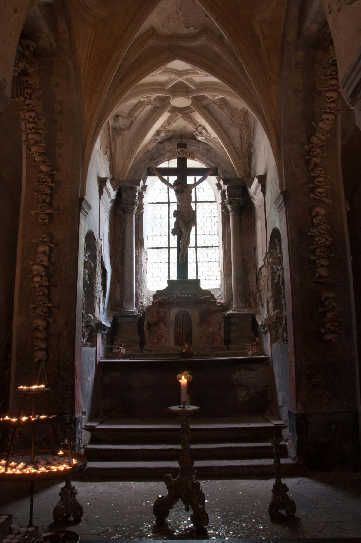 Распятие в Костнице среди костей