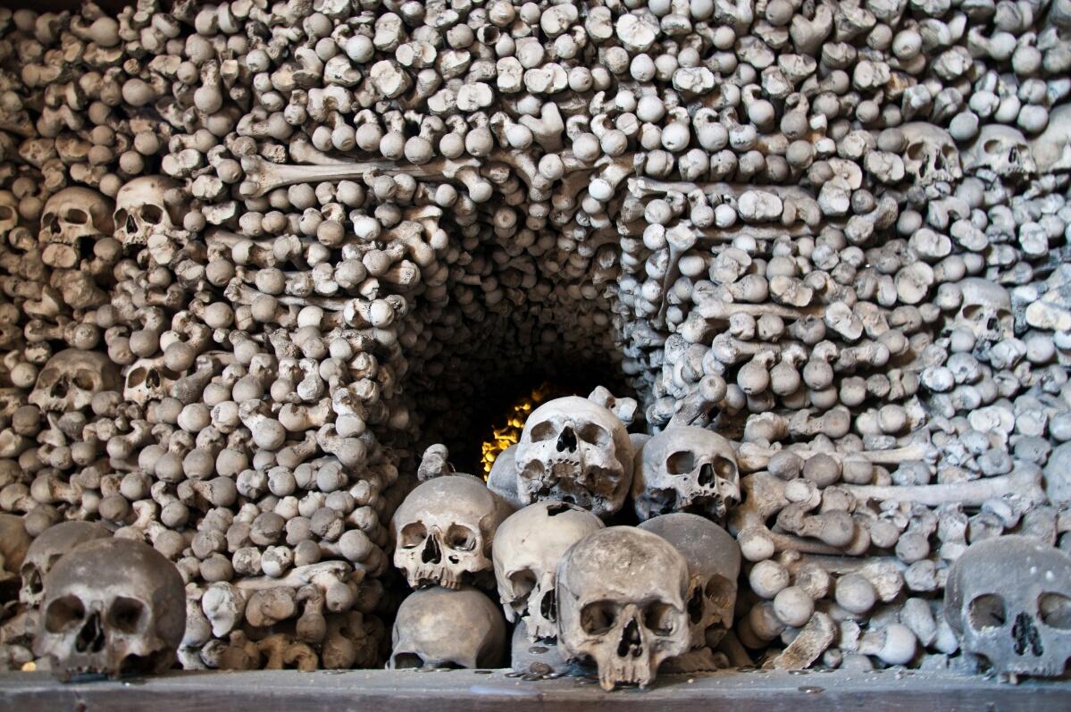 Груды черепов в Костнице