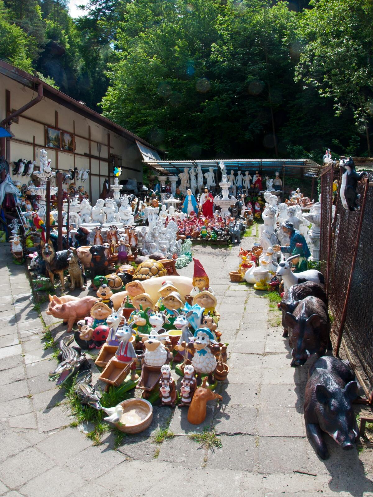 Развал с садовой скульптурой в Грженско