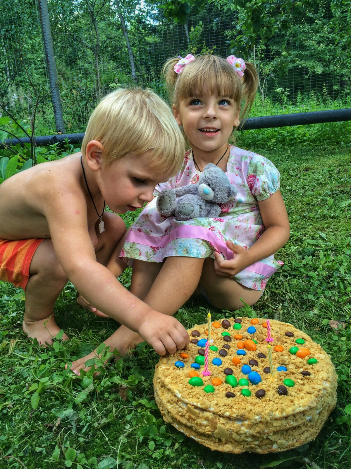 Жулик Тёма ухватывает очередную конфету с торта