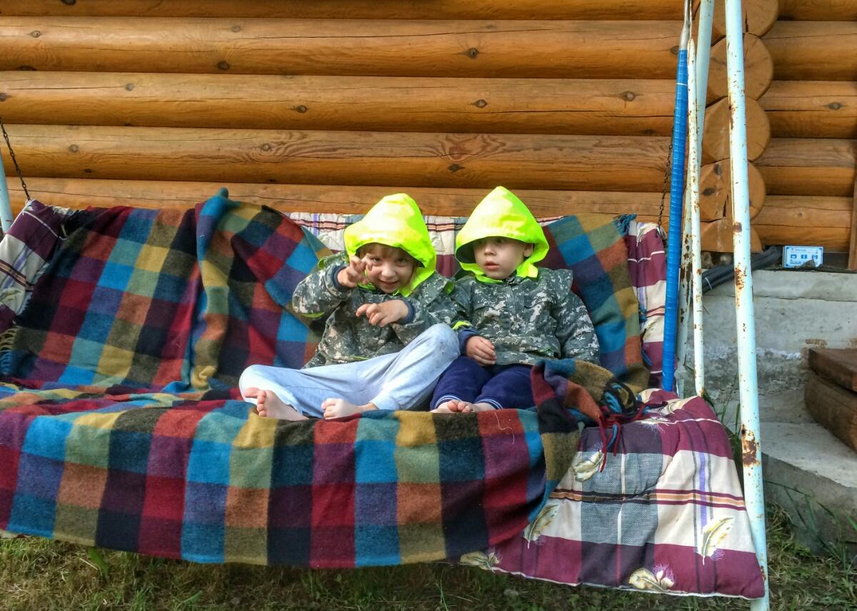 Отдыхаем на садовой качалке