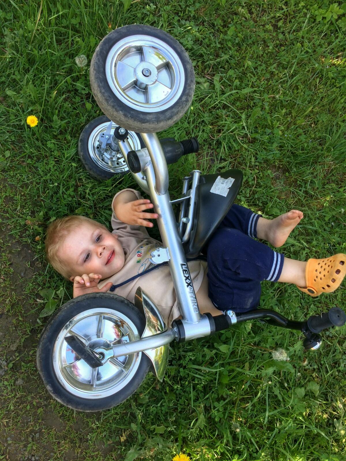 Первые попытки Тёмы освоить велосипед
