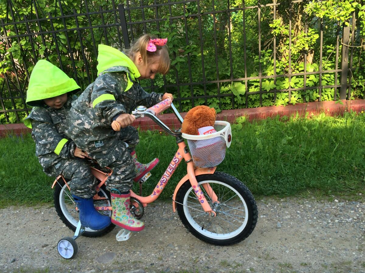 Катаю Тёму на велосипеде