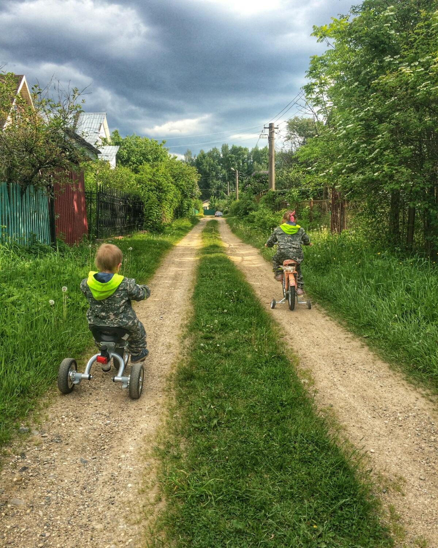 Гоняем на велосипедах по деревенским улочкам