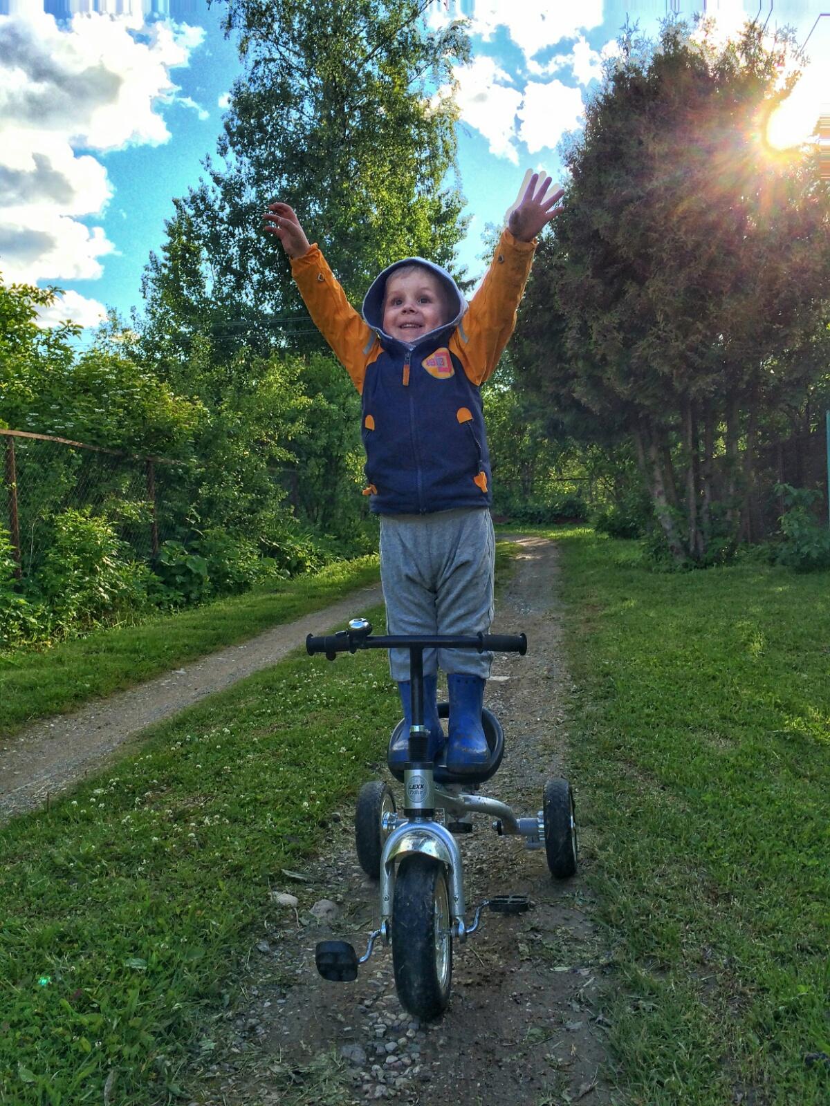 Тёма выполняет опасный трюк на велосипеде