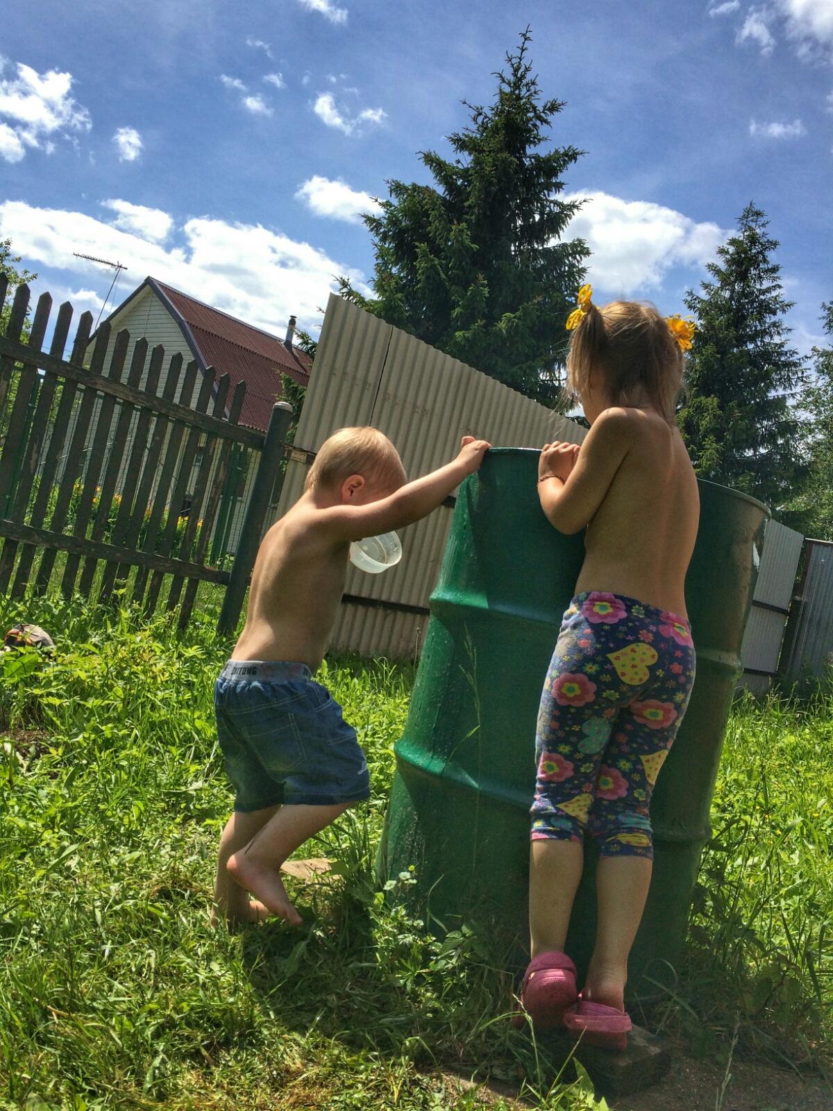 Изучаем новую игрушку — садовую бочку.